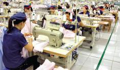 Chủ yếu làm hàng xuất khẩu, dệt may Việt Nam đang phải trông chờ vào việc xử lý dịch COVID-19 của thế giới
